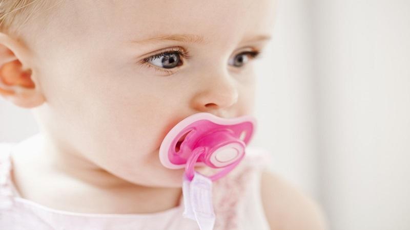 آشنایی با فواید و مضرات پستانک برای نوزادان