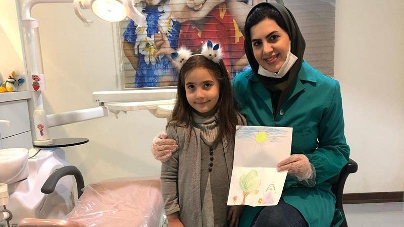 مراجعه کننده مطب دندانپزشکی کوکان، ویونا دختر شیک و هنرمند
