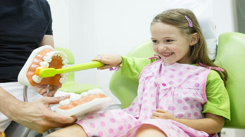 دندانپزشک کودکان اصفهان   اولین معاینه دندانپزشکی کودک