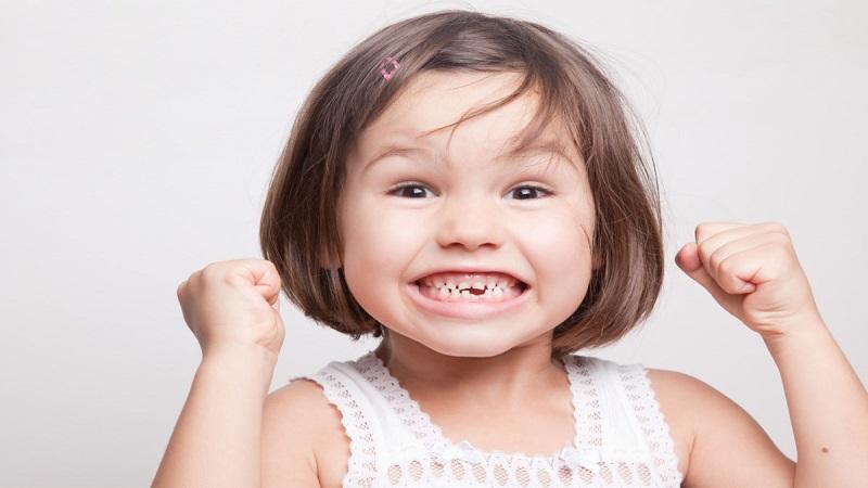 دندانپزشک کودکان اصفهان |دیر افتادن دندان شیری عوارضی در پی دارد ؟